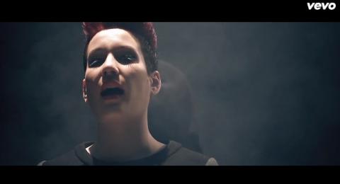 Due come tutti – il video e il testo del nuovo singolo di Greta