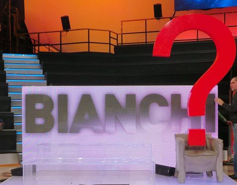 Divise le squadre: Miguel Bosè sfida un enorme punto di domanda rosso